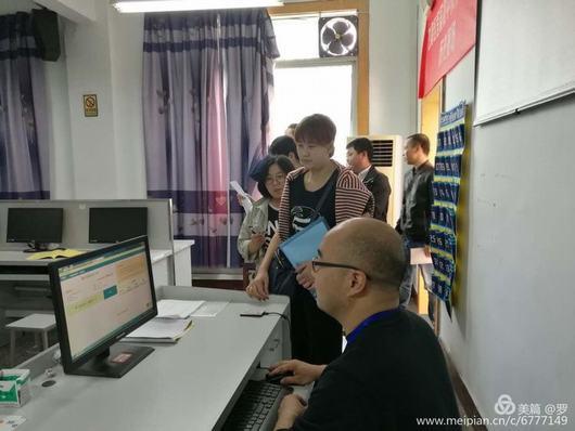 8考生依序进行身份证件签到.jpg